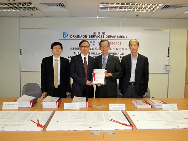 Mr. Chan Kin-kwong (AD/P&D) (second right) attended the Contract Signing Ceremony